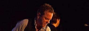 Kiefer Sutherland sings